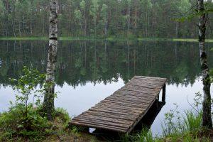 Vaikiški rūbai prie ežero buvo palikti pamiršus, vaikas nepaskendo