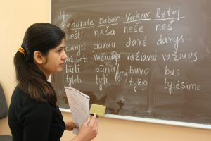 Siūloma laikinai leisti gyventi Lietuvoje baigusiems studijas užsieniečiams