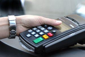 Atsiskaityti mokėjimo kortele jau siūlo ir turgaus, ir gatvės prekeiviai