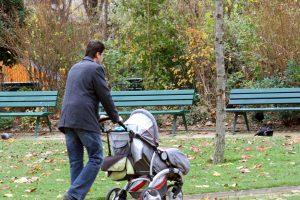 Lietuvoje vis daugiau vyrų ryžtasi prižiūrėti vaikus