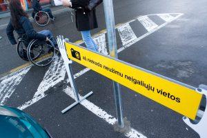 Nenori neįgaliųjų vietų užleisti nėščiosioms ir vienišiems tėvams