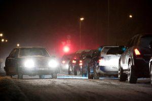 Ekspertai: vairuotojai rizikuoja į žibintus montuodami netinkamas lemputes