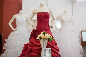 Dvylika sostinės proginių drabužių salonų sudarė kartelį
