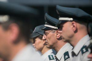 Nori grąžinti pareigūnams per krizę sumažintas valstybines pensijas