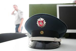 Moteris policininkus bandė papirkti kvepalais
