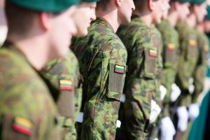 Vyriausybė pritarė karių algų ir maistpinigių padidinimui