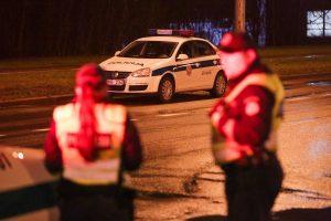 Vilniuje paryčiais automobilis tėškėsi į stulpą: buvo prispaustas žmogus