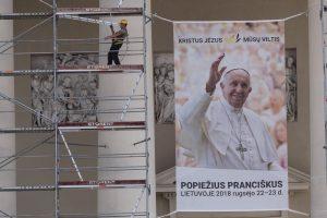 Trečdaliu milijono mažina Bažnyčiai skiriamus pinigus popiežiaus vizitui