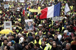 """Prancūzijoje neslopsta tūkstantiniai """"geltonųjų liemenių"""" protestai"""
