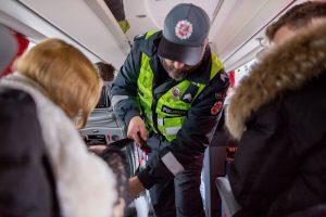 Pareigūnai tikrino autobusų keleivius: saugos diržą segasi tik po įspėjimo