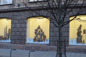 Kontrabandinių cigarečių dėžes muitininkai pavertė Kalėdų dekoracijomis