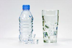 Į ką atkreipti dėmesį perkant vandenį plastikiniame buteliuke?