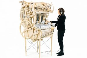 Išrastas muzikos instrumentas, kurio skambesį kuria metaliniai rutuliukai