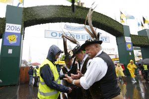 """Į tradicinį alaus festivalį """"Oktoberfest"""" Miunchene – tik praėjus patikrą"""