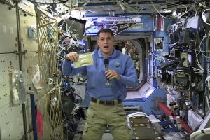 Padėkos diena kosmose: kalakutas, šparaginės pupelės ir futbolas
