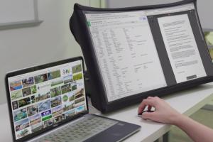 Sukurtas nešiojamas monitorius, kurį galima išskleisti kaip skėtį