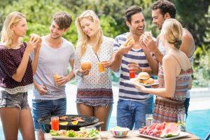 Mitybos klaidos vasarą: kaip išvengti apsinuodijimo ar net nutukimo