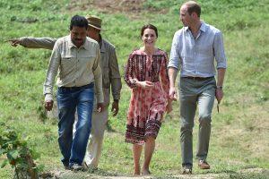 Britų karališkoji pora Butane pėsti pasiekė ant kalno įsikūrusį vienuolyną