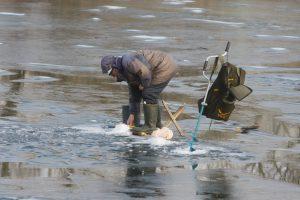 Hidrologai įspėja: vandens telkinių ledas jau nesaugus