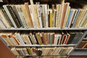 Biblioteka išparduoda knygas