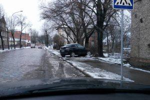 Automobilį paliko ant šaligatvio
