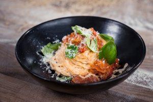 Gardiems pietums – naminė pasta su pomidorais (receptas)