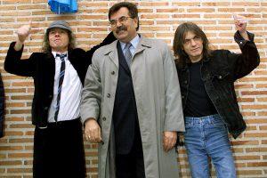 Reiškia pagarbą legendinės roko grupės AC/DC gitaristui M. Youngui