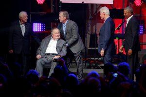 G. H. W. Bushas atsiprašė, kad plekšnodavo moterims per užpakalius