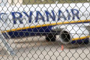 """""""Ryanair"""" penktadienį atšaukia mažiausiai 150 skrydžių"""