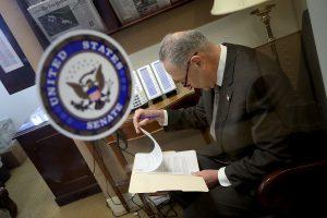 JAV Senatas priėmė federalinių išlaidų įstatymą, D. Trumpas svarsto vetuoti