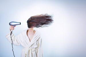 Penki ritualai, kurie žiemą padės plaukams išlikti sveikiems ir gražiems