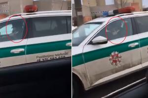 Užfiksavo telefonu prie vairo kalbantį pareigūną: o jiems taisyklės negalioja?