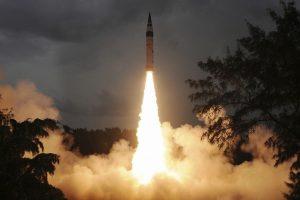 Indija išbandė moderniausią savo tarpžemyninę raketą