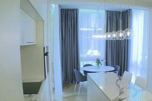 Mažo buto interjeras: siūlo rinktis marmurą ir baltą spalvą