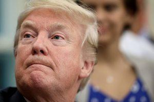 """D. Trumpas atleido padėjėją, juokavusią apie """"mirštantį"""" karo didvyrį"""