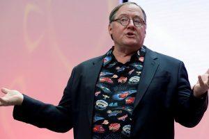 """Vienas """"Disney"""" vadovų atsistatydino dėl nepageidaujamų apkabinimų"""