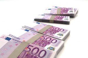 Indaują įsigijęs vyras grąžino joje aptiktus 95 tūkst. eurų