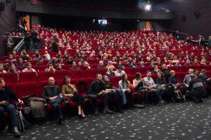 Kino žiūrovus labiausiai erzina valgantys ir vėluojantys kaimynai