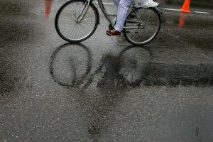 Neblaiviai dviratininkei gresia kelių šimtų eurų bauda