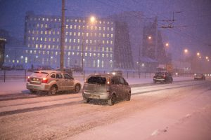 Rytų Lietuvoje vietomis slidu, naktį eismą sunkins snygis, plikledis