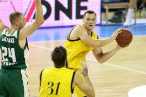 Krepšiniu vėl besimėgaujantis J. Mačiulis mala į miltus FIBA sistemą