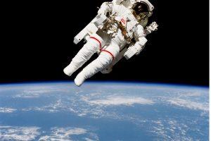 Mirė astronautas, pirmasis išbandęs laisvą pasivaikščiojimą kosmose