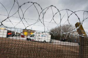 Prie Prahos sulaikytas krovininis furgonas su migrantais – tarp jų ir vaikai