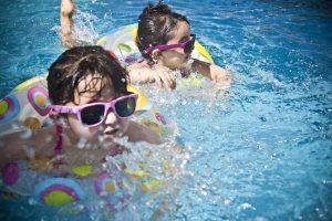 Gydytoja patarė, kiek laiko vaikams sveika maudytis ir būti saulėje