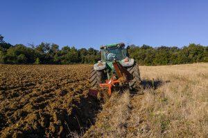 Apvirtus traktoriui žuvo nepilnametis
