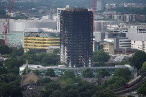 Minint gaisro Londono daugiabutyje metines, šalyje tvyro pyktis ir sielvartas
