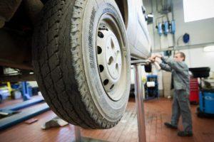 Nelaimė Skuode: atliekant techninę apžiūrą žuvo automobilio prispaustas specialistas