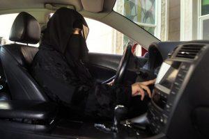 Saudo Arabija draudimą moterims vairuoti panaikins kitą mėnesį