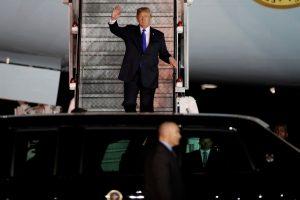 Po JAV ir JK ginčų D. Trumpas vyksta į politinio sąmyšio apimtą Didžiąją Britaniją
