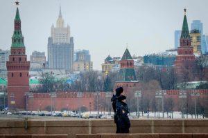 Anoniminiai skambučiai Maskvoje: iš prekybos centrų evakuota tūkstančiai žmonių